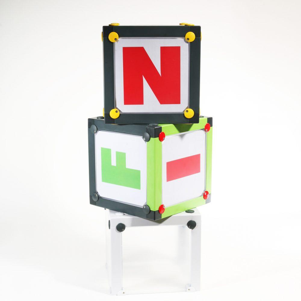 x-cett Würfel Box weiß Glas Milchglas Einzelteil Baustein Mobeliar einzigartig individuell fotos bilder Möbelstück aufbewahrung lagerung Informationswürfel