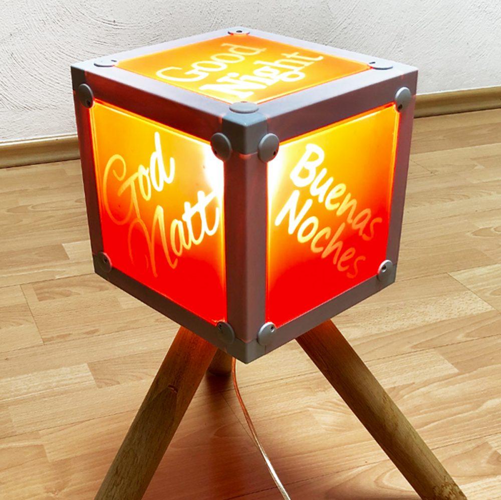x-cett Würfel weiß Glas Milchglas Einzelteil Baustein Mobeliar einzigartig individuell fotos bilder Möbelstück Deko Lampe Licht Leuchte Büro zu Hause personalisierter Druck stehend Informationssystem