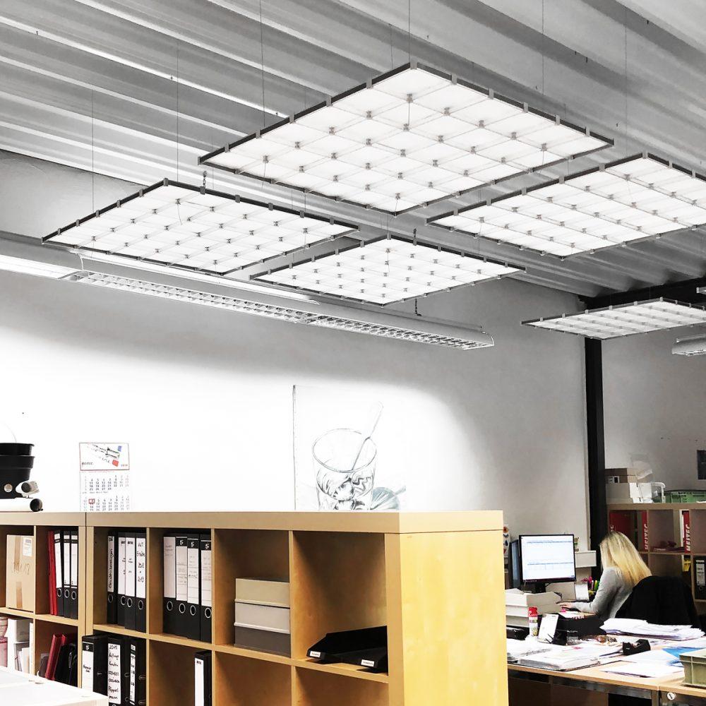 Deckenabhängungen Licht Lampe Leuchte Schallschutz Geräuschschutz 6x6 Büro Arbeitsplatz Ladenbau zusammengesetzt x-cett cassetten hochwertig Polycarbonat PC transluzent hellgrau dunkelgrau individuell schick klasse persönlich einzigartig modern
